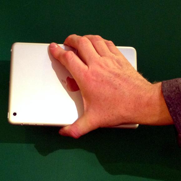 iPad mini  mit nur 1 Hand halten von hinten