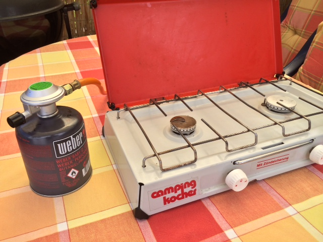 Gasregler zwischen Campingkocher und Kartusche